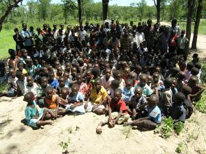 Disse barna går på en skole i bushen. Her finnes hverken tilgang til drikkevann eller toaletter.
