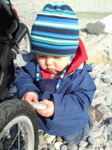 Liten gutt utforsker verden og fortaper seg i øyeblikket.